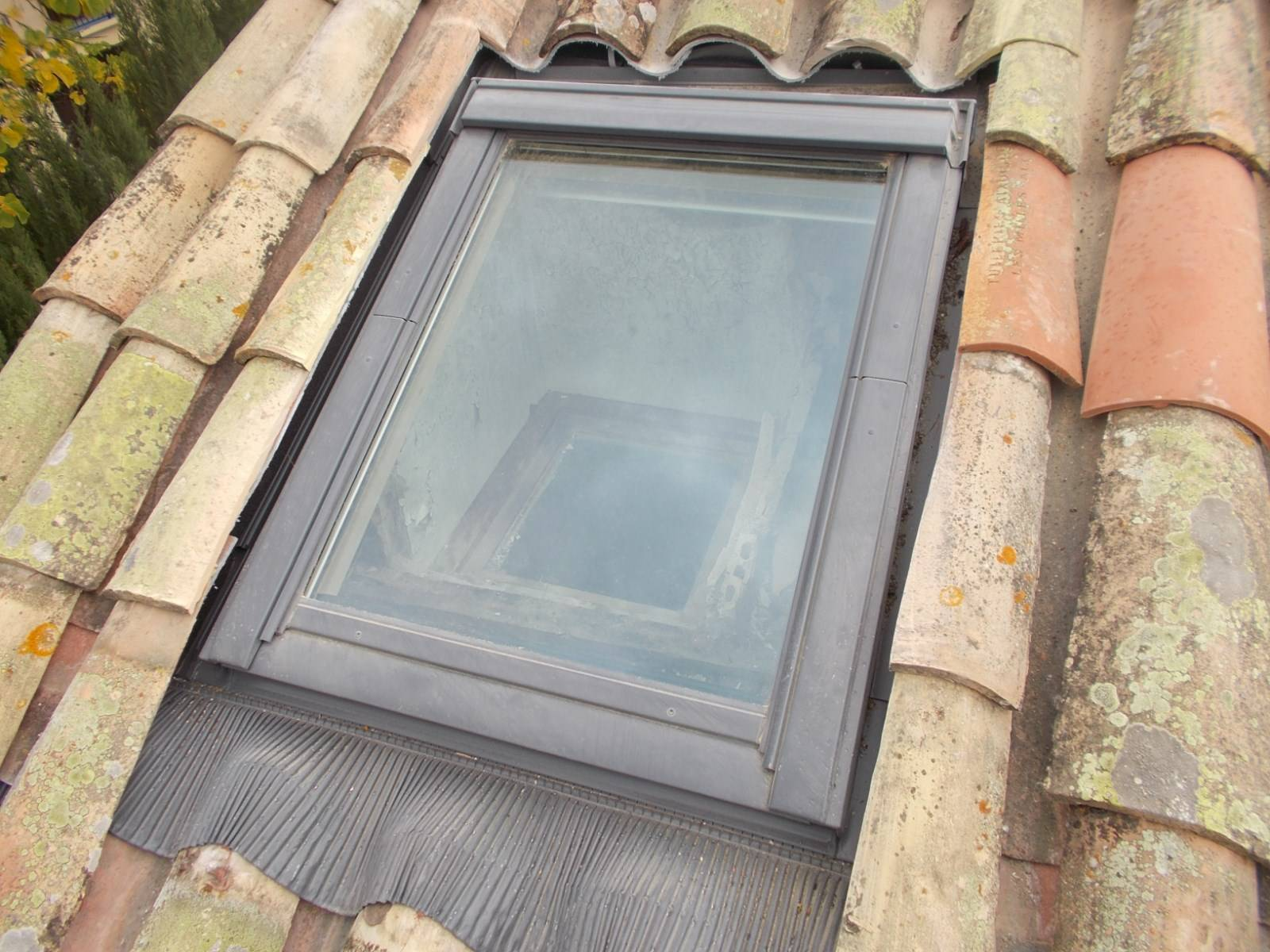 pose installation de fen tres de toit velux par nos couvreurs aix en provence dans les. Black Bedroom Furniture Sets. Home Design Ideas