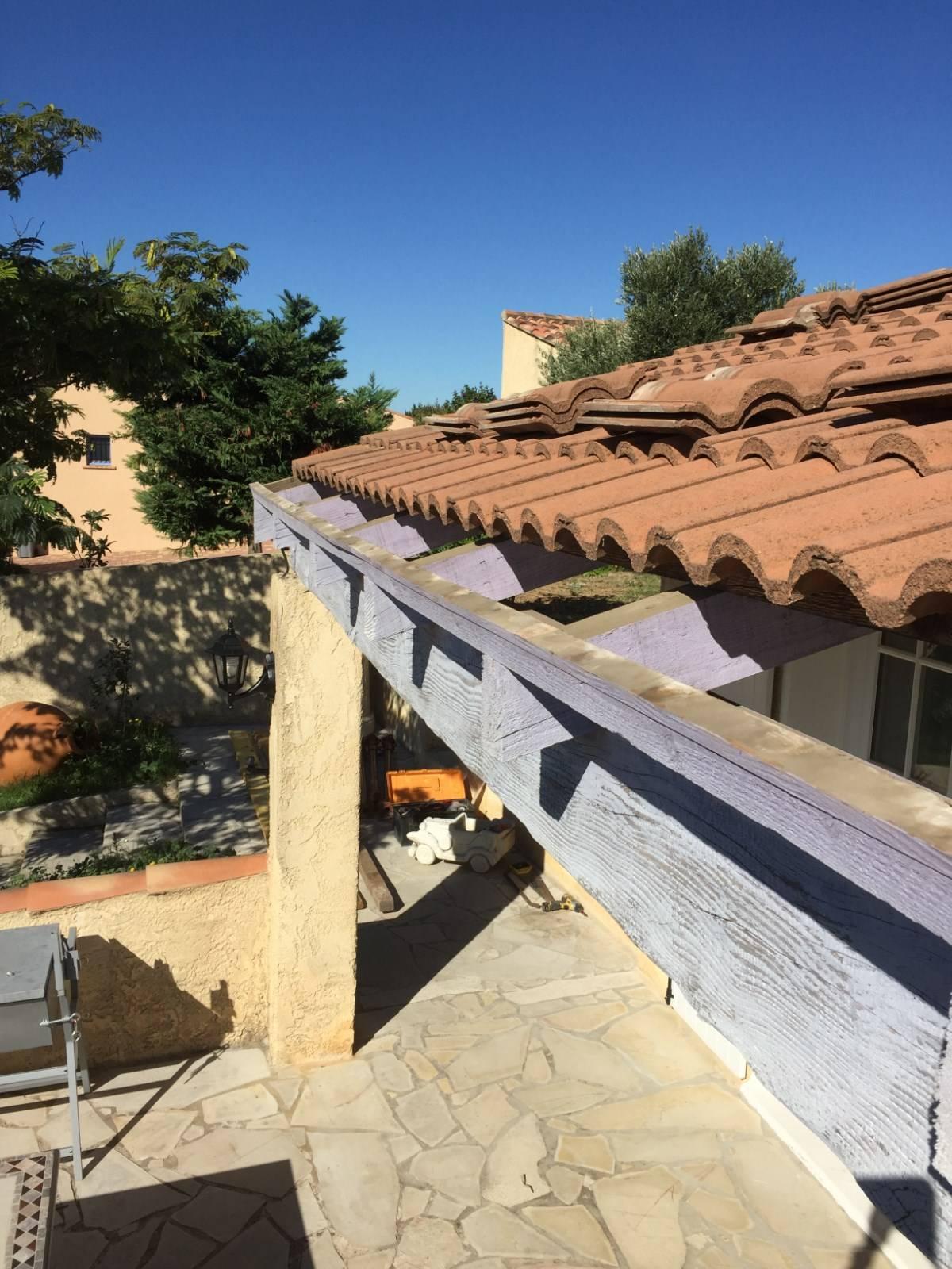 changement d 39 une poutre d 39 une avanc e de toiture par nos artisans couvreurs charpentiers sur la. Black Bedroom Furniture Sets. Home Design Ideas
