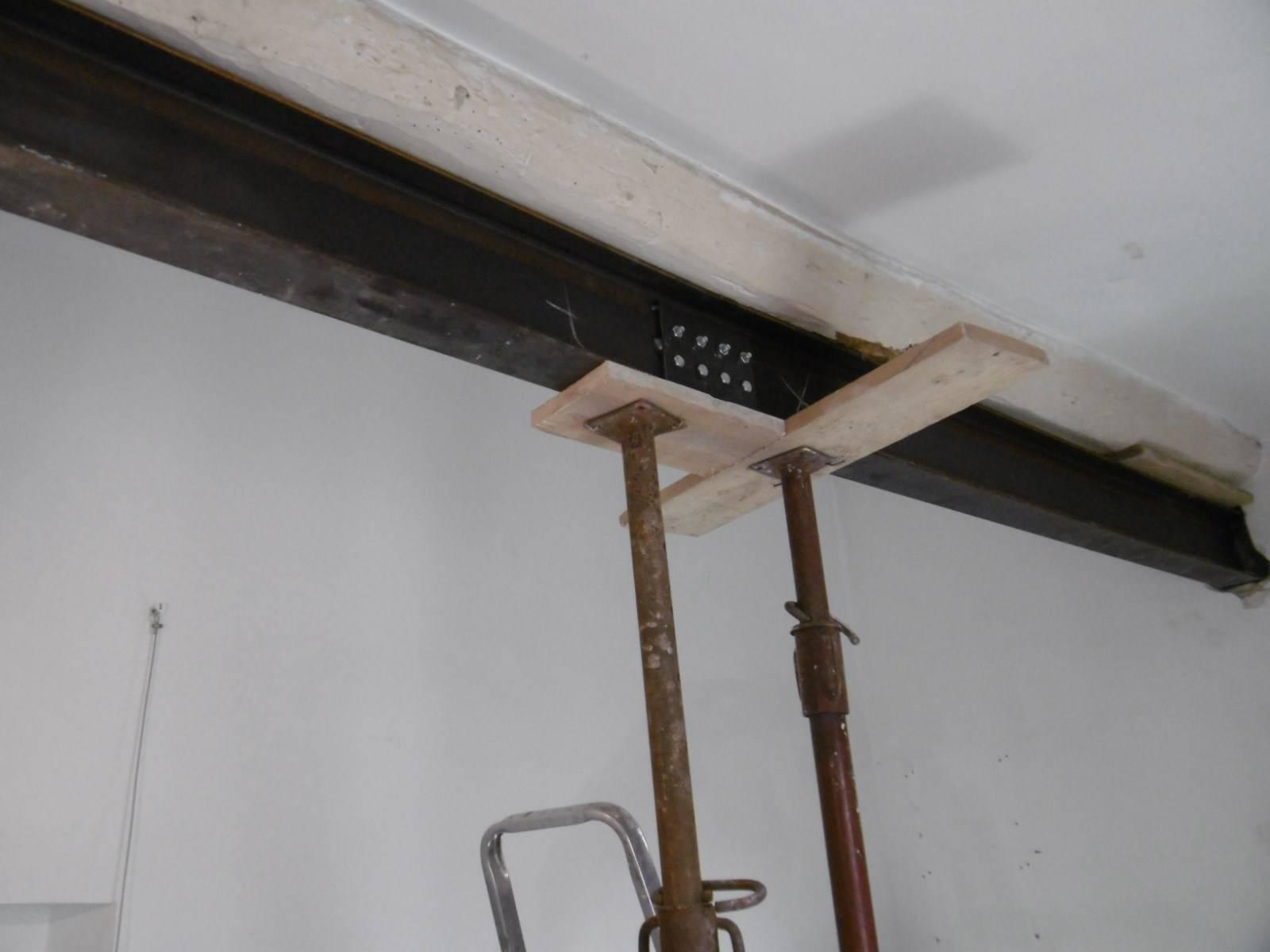 renforcement d 39 une poutre bois d fectueuse par nos charpentiers couvreurs aix en provence. Black Bedroom Furniture Sets. Home Design Ideas