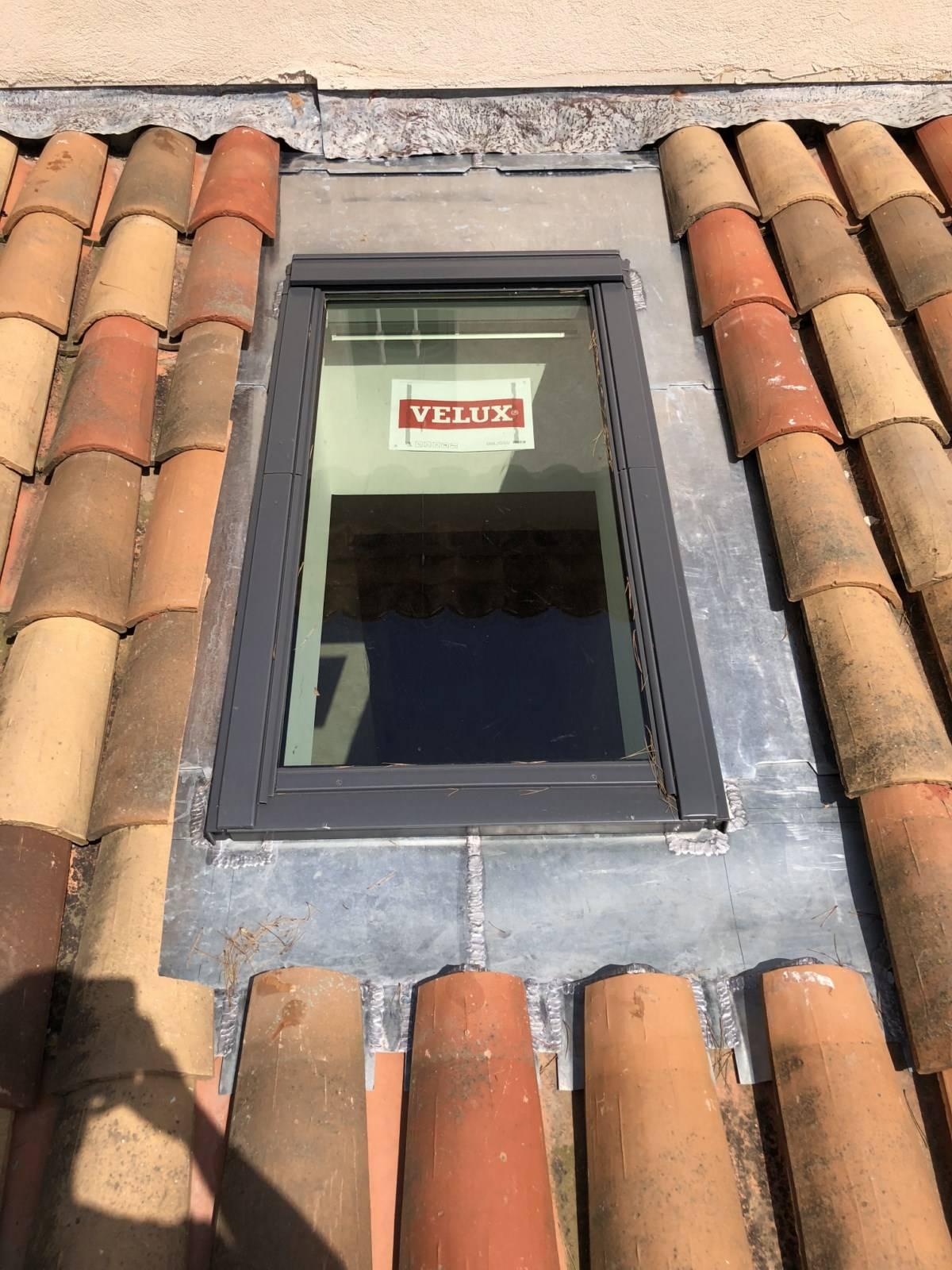 Étanchéité de VELUX en ZINC suite à fuites et infiltrations d'eau sur Toiture à Sausset les Pins ...